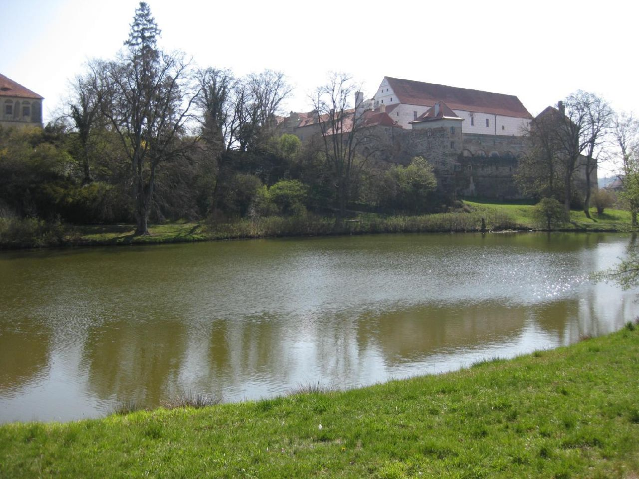 Rybník v zámeckém parku - pohled na zámek