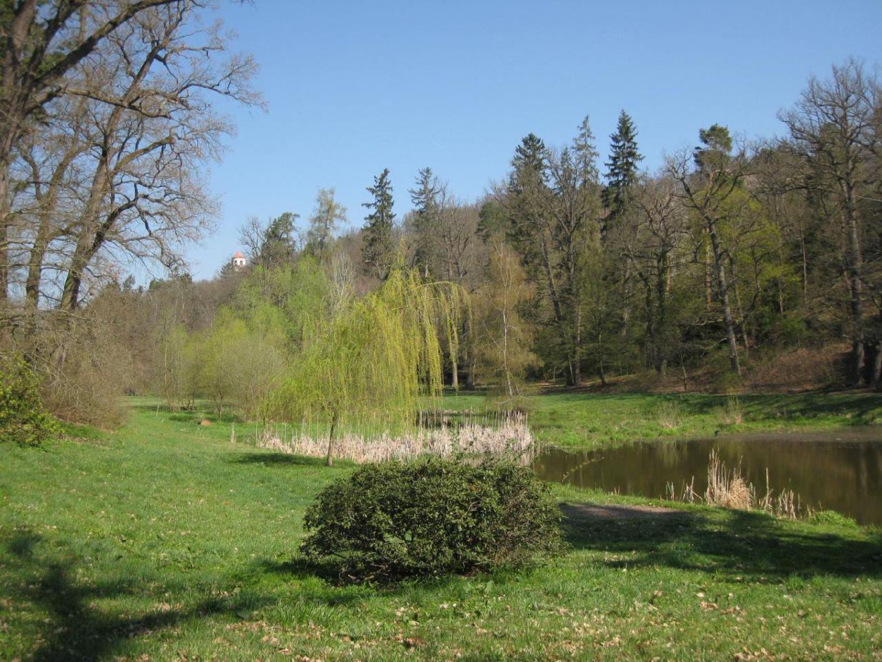 Rybník v zámeckém parku, v pozadí vyhlídka (hladomorna)
