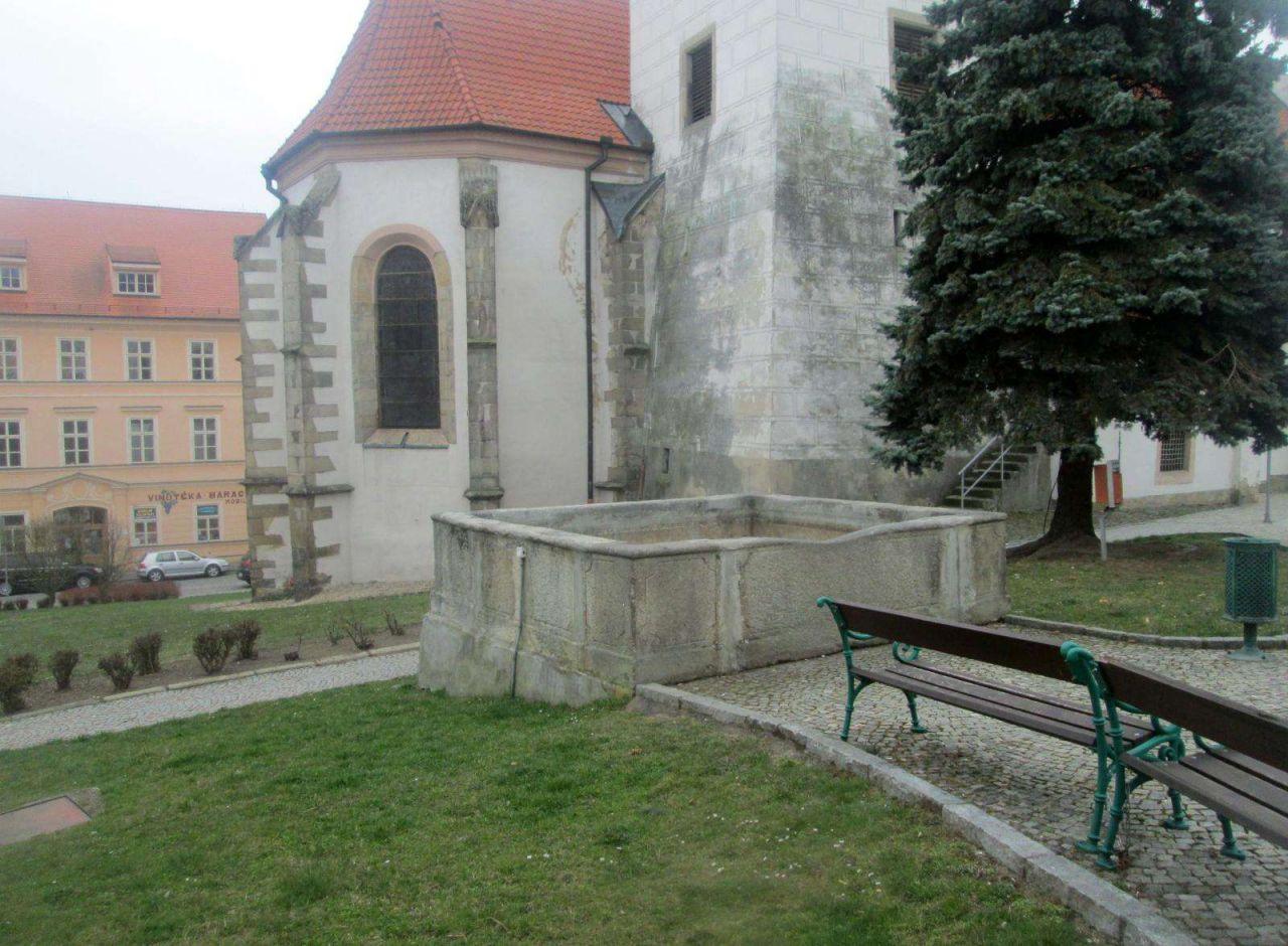 V pozadí kašny kostel sv. Petra a Pavla