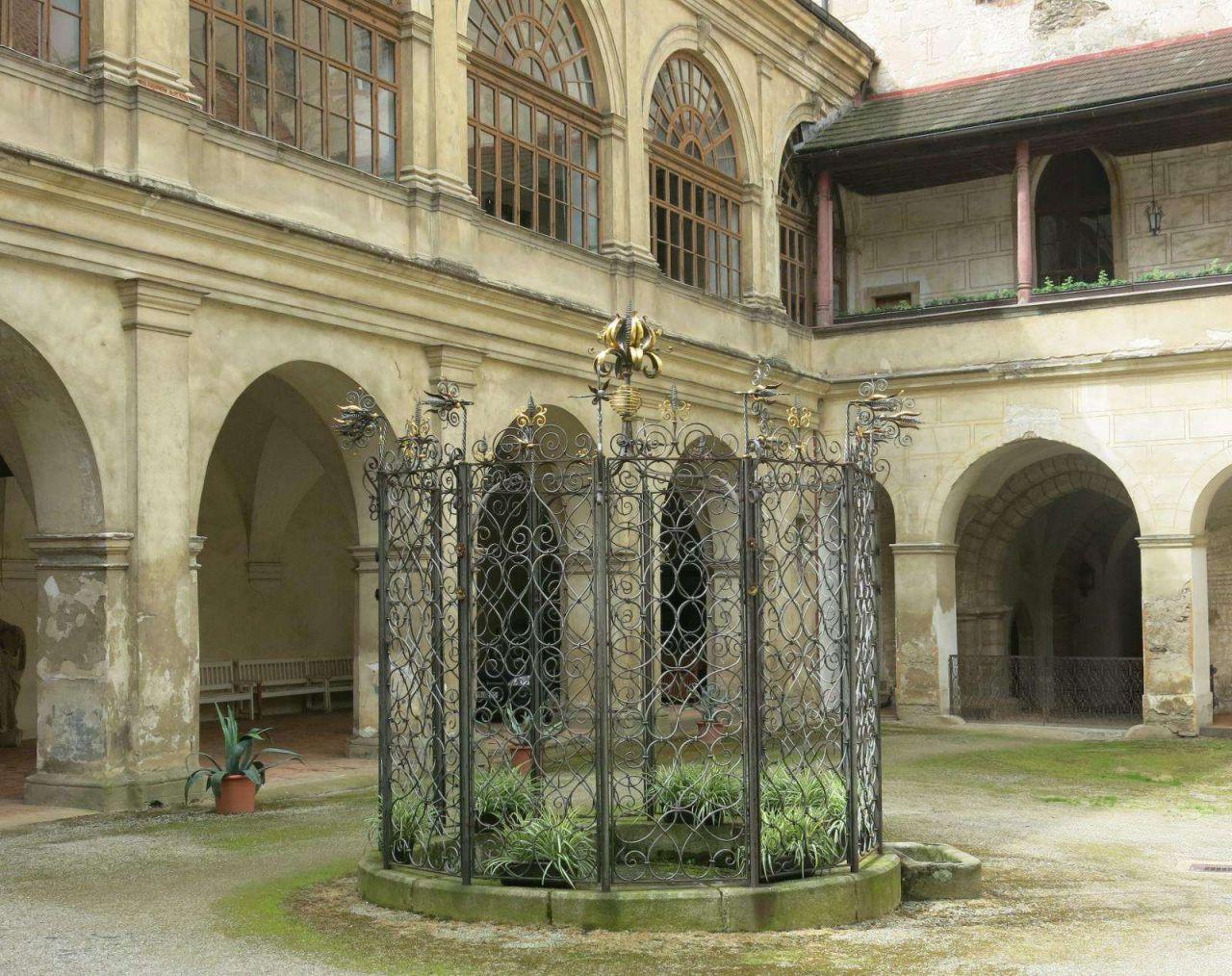 Studna na nádvoří zámku